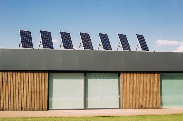 Moderne woning met een zonnepaneel op het dak. groene stroom, hernieuwbare alternatieve energie