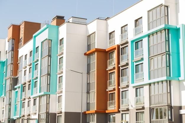 Moderne woongebouwen met buitenfaciliteiten, gevel van nieuwe energiezuinige huizen
