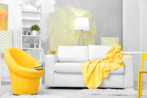 Moderne woonkamer met bank en fauteuil