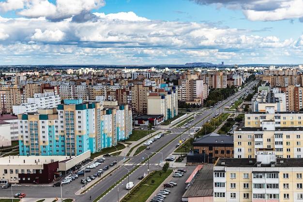 Moderne woonwijk met meerdere verdiepingen. hypotheeklening voor een jong gezin. wit-rusland. soligorsk.