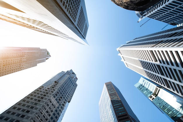 Moderne zakelijke wolkenkrabbers, hoge gebouwen, architectuur die de lucht in gaat