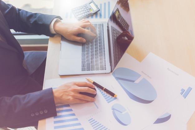 Moderne zaken man schrijven grafiek papier bedrijf