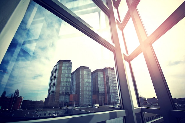 Moderne zaken wolkenkrabbers gezien vanuit het raam.