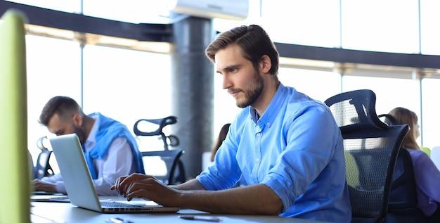 Moderne zakenlieden die beursgegevens analyseren terwijl ze op kantoor werken.