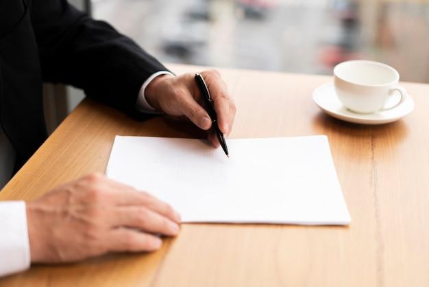 Moderne zakenman notities maken