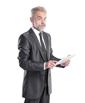 Moderne zakenman tekst lezen op een digitale tablet.isolated op grijze achtergrond