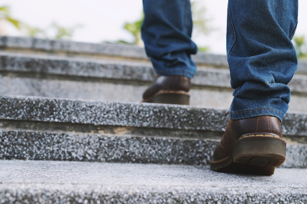 Moderne zakenman werken close-up benen lopen de trap op. tijdens de eerste ochtend van werken. trap.