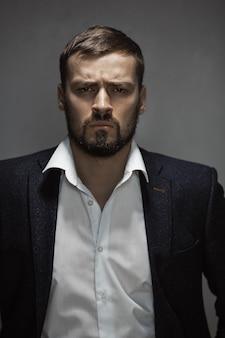 Moderne zakenman. zelfverzekerde man in pak.