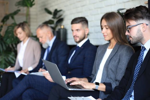 Moderne zakenmensen wachten op sollicitatiegesprek.