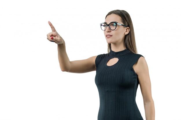 Moderne zakenvrouw gebruikt een virtueel scherm