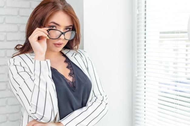 Moderne zakenvrouw in het kantoor met kopie ruimte