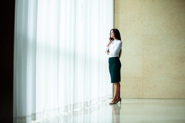 Moderne zakenvrouw op kantoor met kopieerruimte.