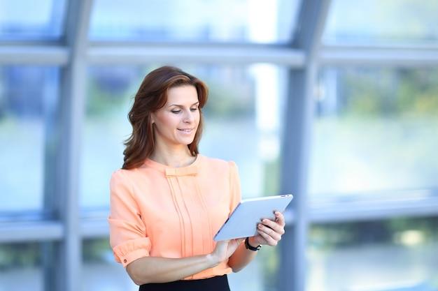 Moderne zakenvrouw tekst typen op een digitale tablet