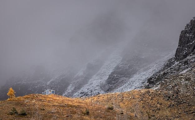 Moderne zonnepanelen in de herfst in de bergen. berglandschap.