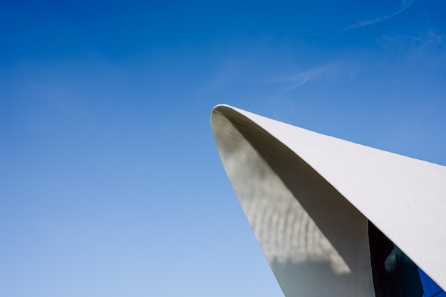 Modernistische afgeronde architectuur van wit cement tegen blauwe hemel