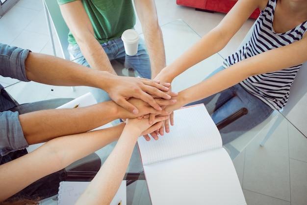 Modestudenten die handen samenbrengen