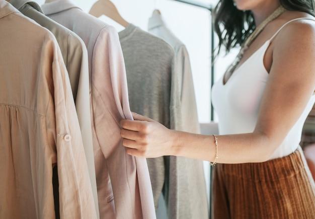 Modestylist aan het werk met kleding
