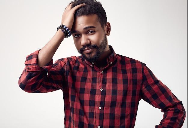 Modieus brutaal jong afrikaans amerikaans mannelijk hipster in studio
