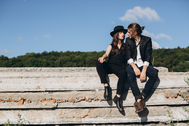 Modieus en modieus paar die tijd in openlucht doorbrengen en met elkaar flirten.