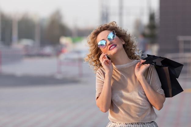 Modieus geklede vrouw op straat, winkelconcept