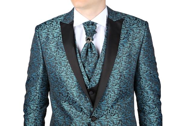 Modieus herenkostuum met blauwgroen bloemenpatroon, ontworpen voor bruiloft of prom, geïsoleerd op een witte achtergrond.