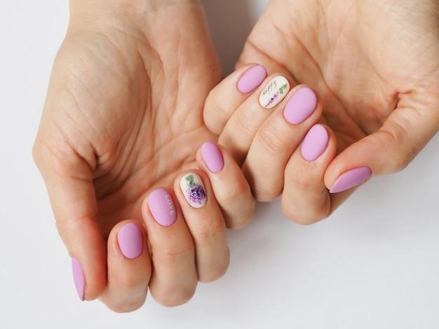 Modieus lila manicure-ontwerp bij de hand.