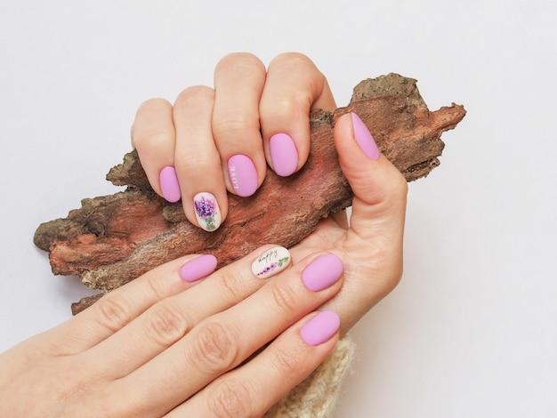 Modieus lila manicure-ontwerp in de hand.