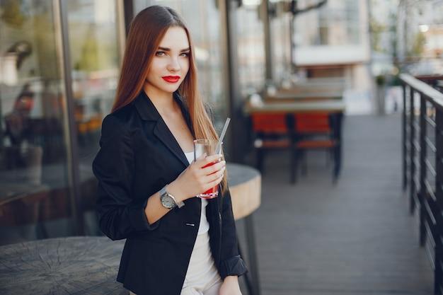 Modieus meisje in een café