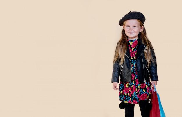 Modieus meisje met lang haar in leren jas en baret