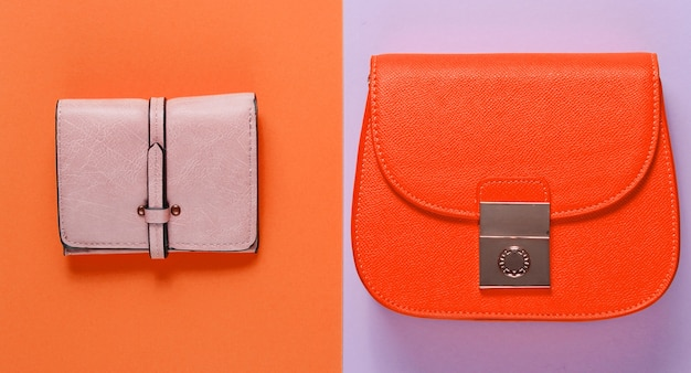Modieus minimalisme. kleine gele tas, lederen portemonnee op een achtergrond van gekleurd papier. bovenaanzicht
