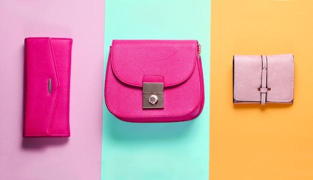 Modieus minimalisme. tassen, leren portemonnees op een achtergrond van gekleurd papier. bovenaanzicht
