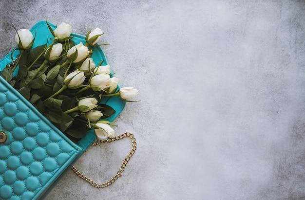 Modieus plat voor meisjes en vrouwen blogs en websites met een boeket witte rozenbloemen