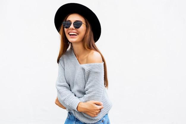 Modieus portret van glimlachend elegant donkerbruin meisje in zonnebril