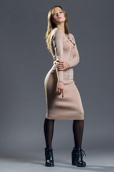 Modieus portret van stijlvol meisje in gebreide jurk