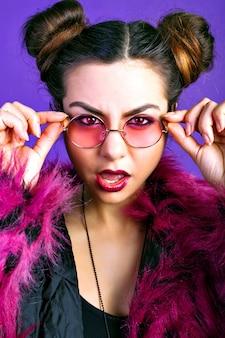 Modieus portret van vrolijke brunette vrouw in trendy wrok outfit, nepbont jas, make-up. volle sexy lippen