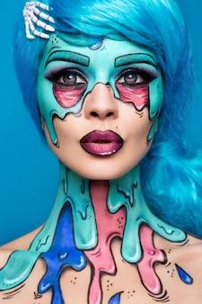 Modieus zombiemeisje. portret van een pin-up zombie vrouw. body-painting project. halloween make-up.