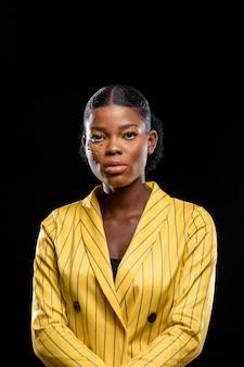 Modieuze afrikaanse vrouw in geel jasje