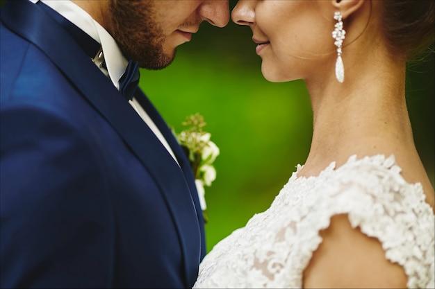 Modieuze bruidegom die prachtige bruid kust tijdens de huwelijksceremonie een liefdevol stel een vrouw