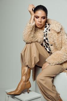 Modieuze dame herfst kleding bruine laarzen studio