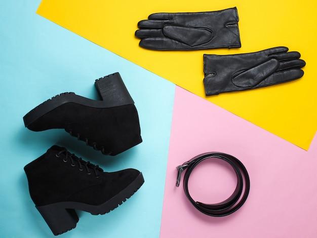 Modieuze damesschoenen en accessoires. laarzen, leren riem en handschoenen. bovenaanzicht