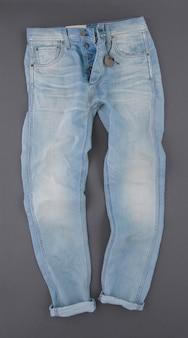 Modieuze denim broek op grijze achtergrond, bovenaanzicht