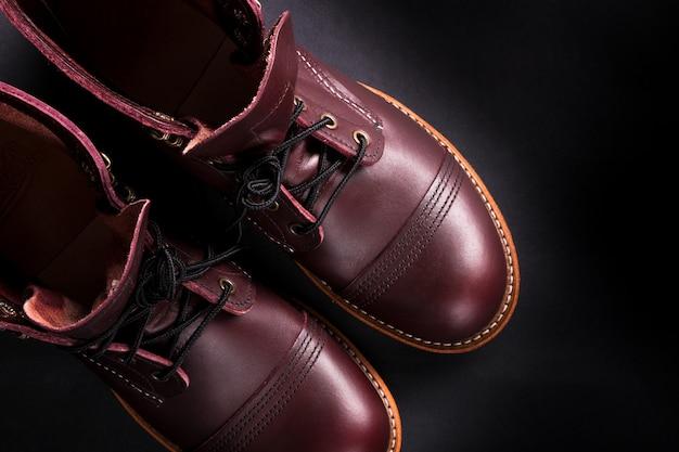 Modieuze heren lederen bruine schoenen op zwart. hoge laarzen voor heren.