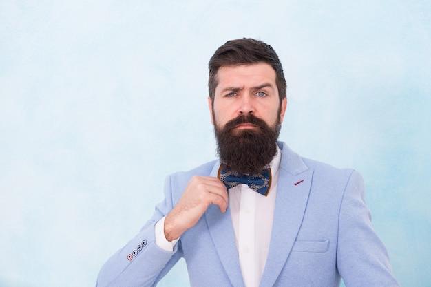 Modieuze hipster man dragen pak vlinderdas elegante heer, onberispelijk stijlconcept.