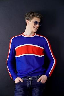Modieuze jonge man in zonnebril