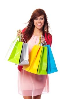 Modieuze jonge vrouw met boodschappentassen