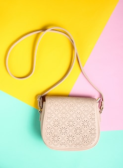 Modieuze leren tas op een gekleurd pastel oppervlak. minimalisme, bovenaanzicht