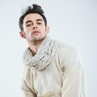 Modieuze man in de winter gebreide kleding