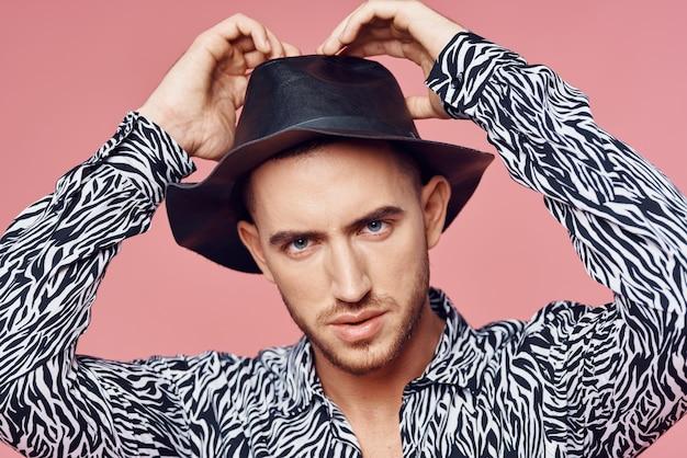 Modieuze man shirt poseren zelfvertrouwen roze achtergrond. hoge kwaliteit foto