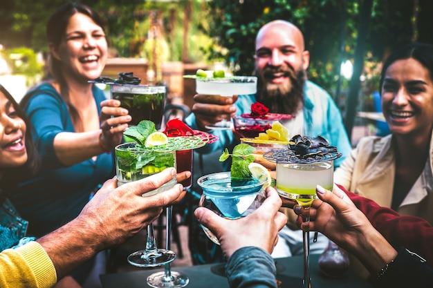Modieuze mensen met veelkleurige drankjes
