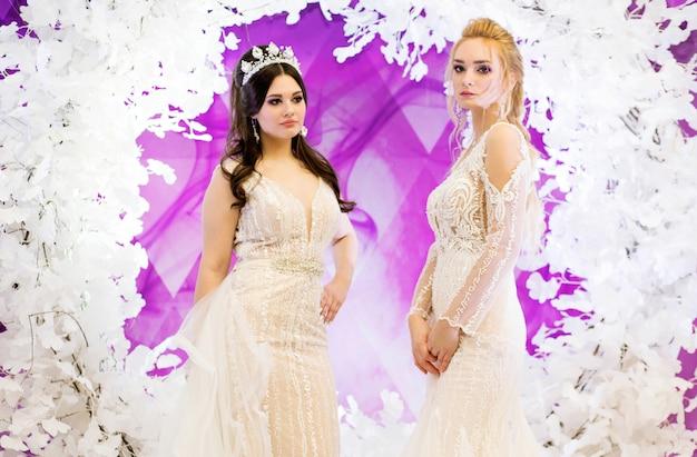 Modieuze modellen in bruidsjurken